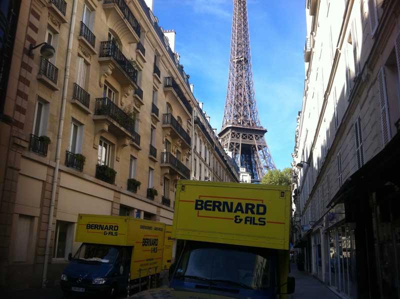 Camions de déménagements dans une rue de Paris pour une déménagement d'entreprise ou de bureau