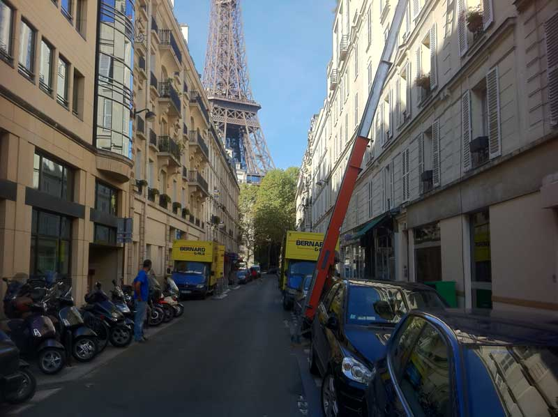 Déménagement entreprise dans une rue de Paris avec camion de l'entreprise de déménagement