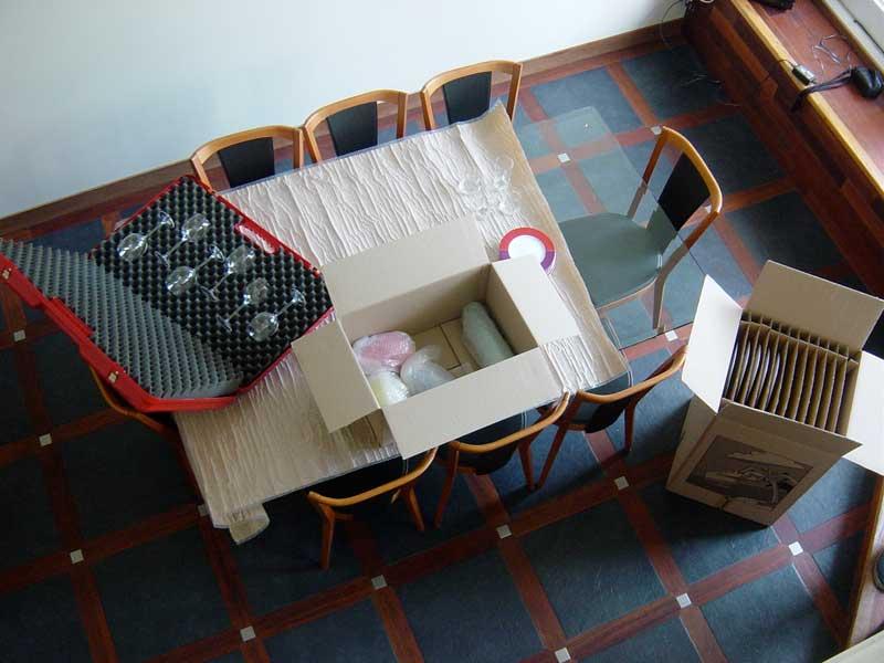 cartons d'emballage de verres et vaiselles dans une salle à manger